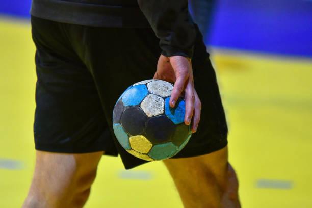 handbolls spelare som håller en boll - handboll bildbanksfoton och bilder