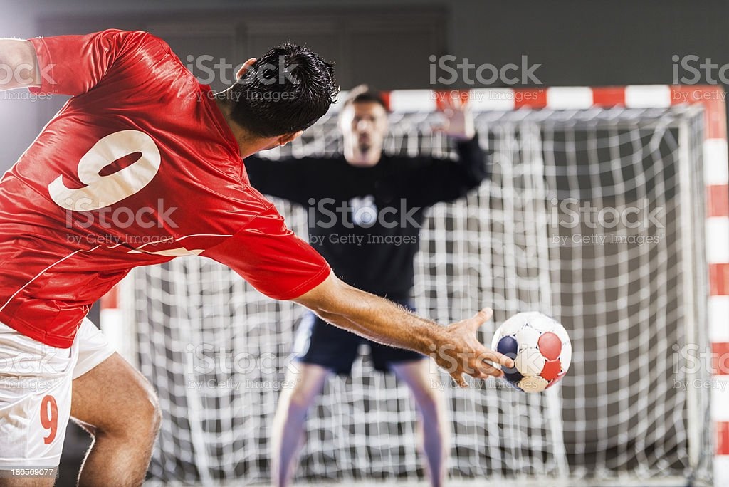 Jogador de handebol em vermelho na direcção de uma rede - fotografia de stock