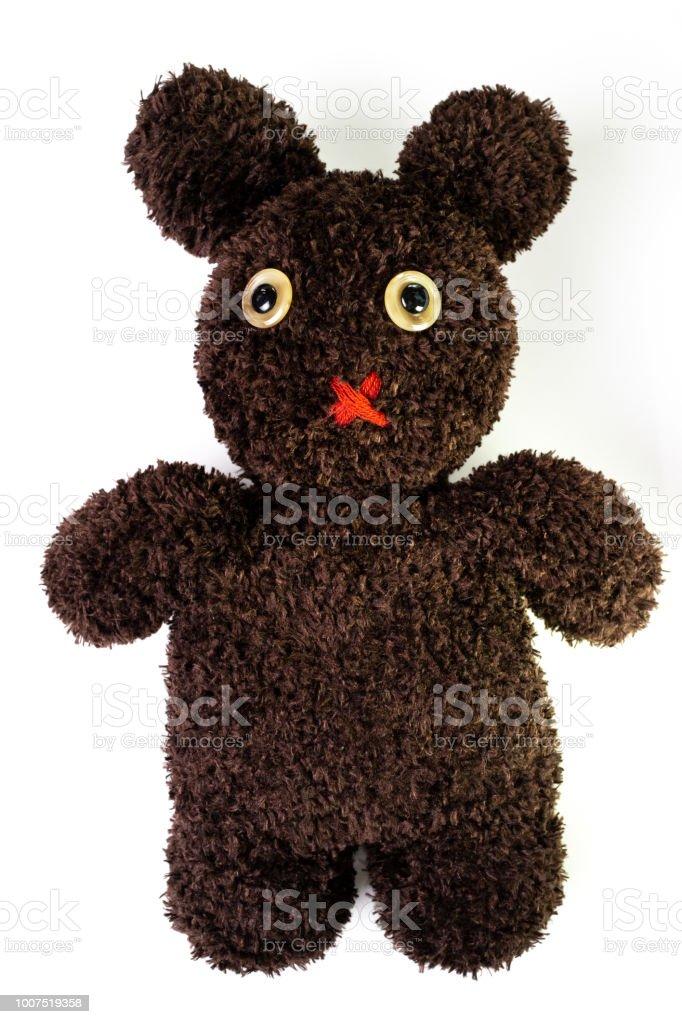 Hilo marrón mullida artesanal mezclado entre muñeca oso y conejo sobre fondo blanco aislada, ojos de piedad con la roja boca silenciada - foto de stock
