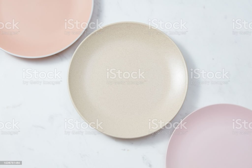 Handgefertigten Tonplatten leer bedeckt mit glasiert in Pastellfarben auf grauem Beton Hintergrund. – Foto
