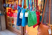 トスカーナの村での販売のための手作り革バッグ