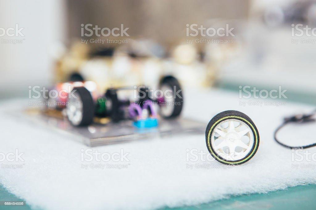 Carro de brinquedo em miniatura artesanal - foto de acervo