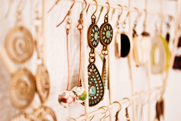 수공예품 및 a 거리 시장, 나이로비, 케냐에에서 전시 상품 - 보석 개인 장식품 뉴스 사진 이미지