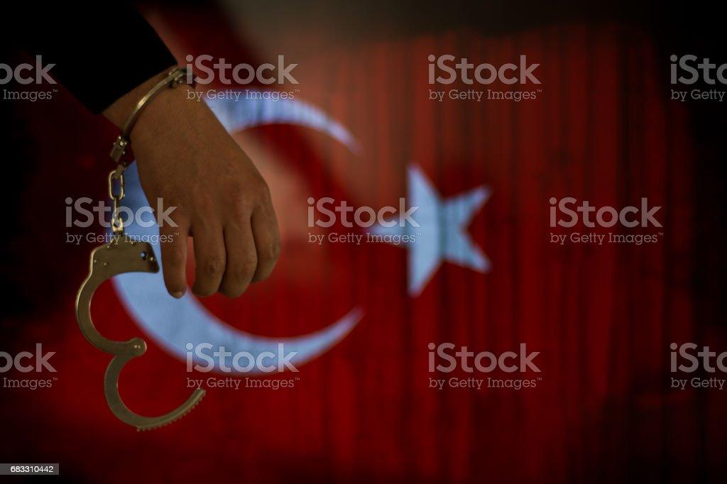 Handboeien met hand in de voorkant van de vlag royalty free stockfoto