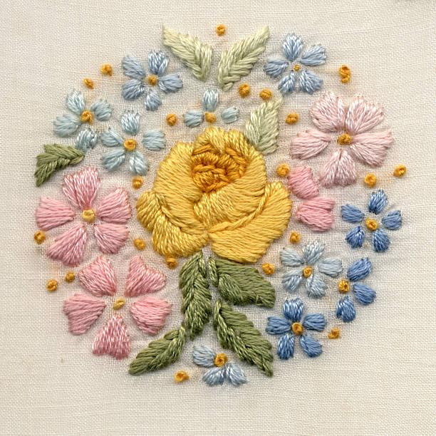 Mano con motivos florales bordada - foto de stock