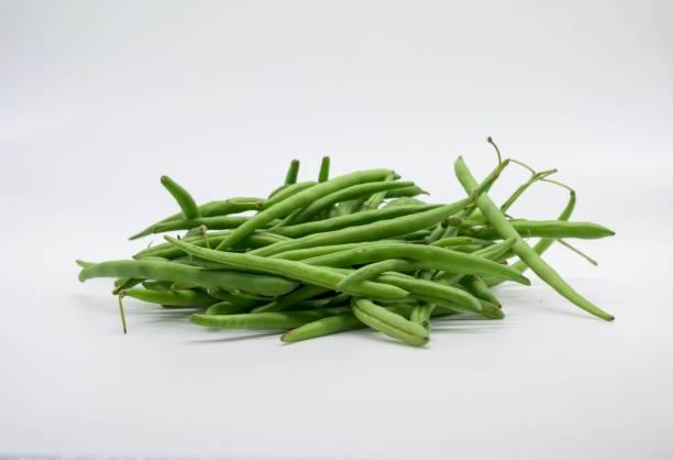 Eine Handvoll grüner Bohnen frisch vom Markt vor weißem Hintergrund – Foto