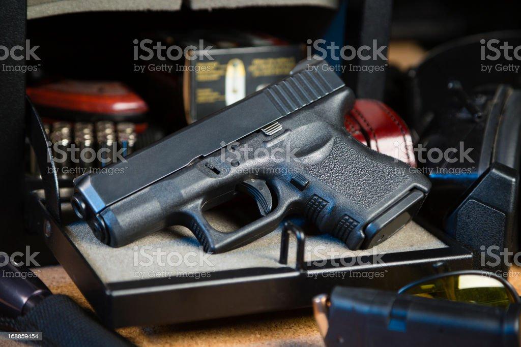 Arma de mano y caja fuerte - foto de stock