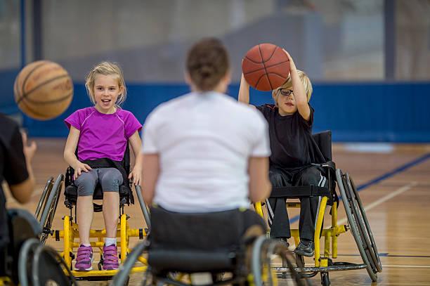 deficiente físico pessoas dribles de basquete - esportes em cadeira de rodas - fotografias e filmes do acervo