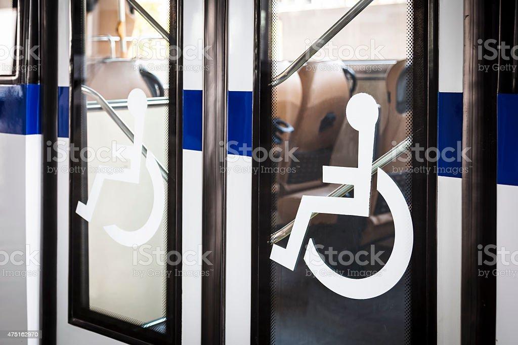 Behindertengerechte Schild an der Tür Service-Eingang – Foto