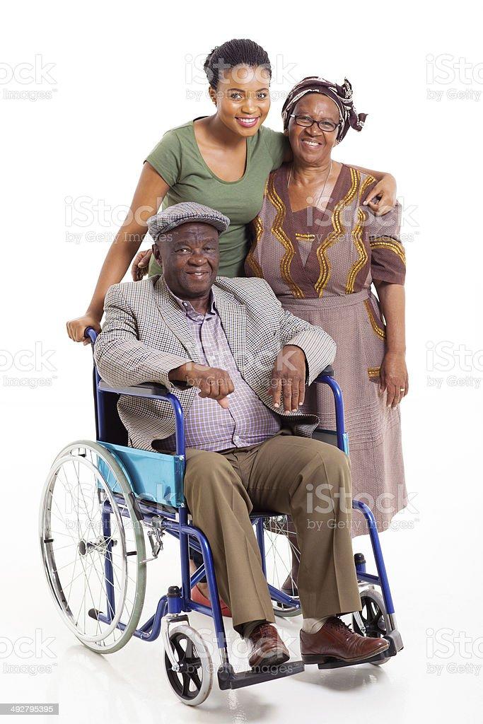 Hombre africano minusválidos con esposa e hija - foto de stock