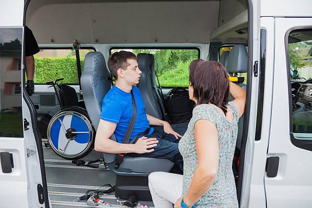 Ragazzo per disabili è ritirato dalla scuola autobus - foto stock