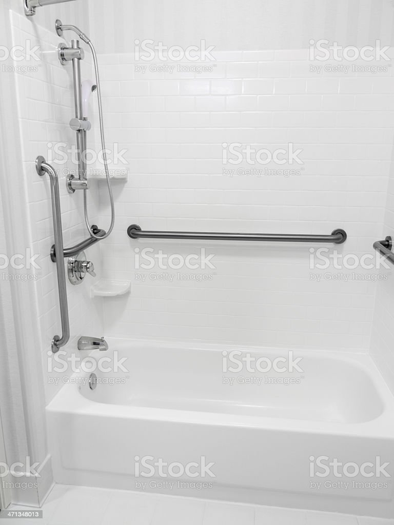 Behindertengerechte barrierefreie Badewanne und Dusche – Foto