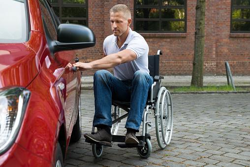 Hombre Para Personas Con Discapacidades Que Puerta De Un Automóvil Foto de stock y más banco de imágenes de Abrir