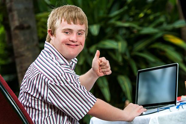 behindertengerechte schüler arbeiten auf laptop. - garden types stock-fotos und bilder