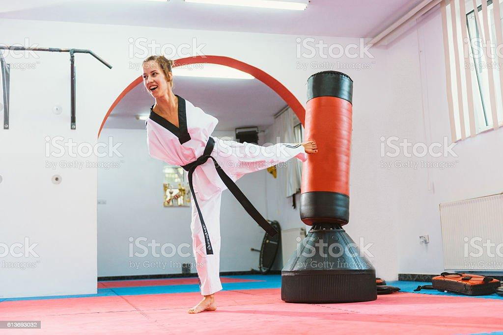 Handicapped taekwondo girl kicking back kick – Foto