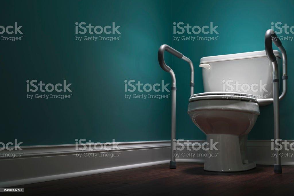 Behinderten WC in spot-Licht mit Sicherheits-bars – Foto