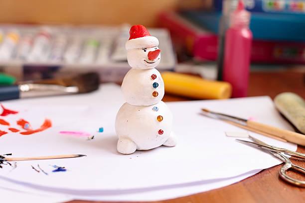 kunsthandwerker schneemann figur - winterdeko basteln stock-fotos und bilder