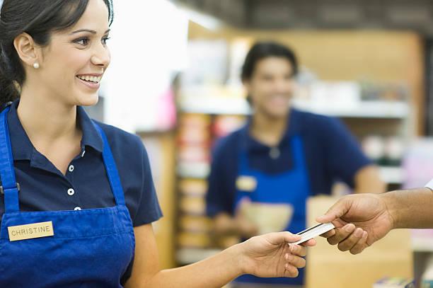 entregar cartão de fidelidade no supermercado - supermarket worker imagens e fotografias de stock