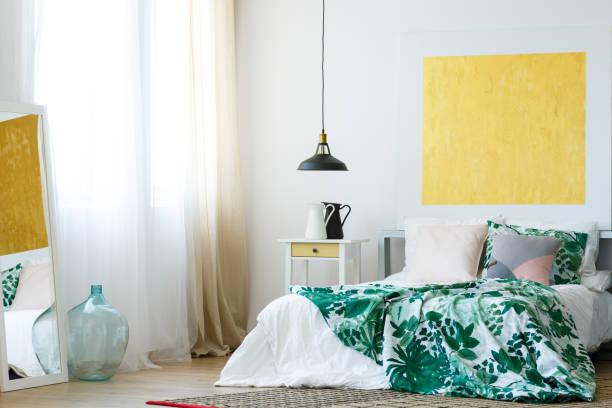 handgemachte accessoires im modernen schlafzimmer - paletten kopfbrett stock-fotos und bilder