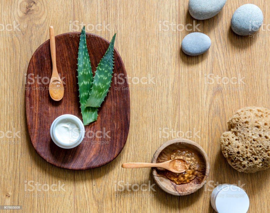 Handgemachte Aloe Vera Kosmetik mit Zen Kieselsteinen und Holz Zeitmessung – Foto