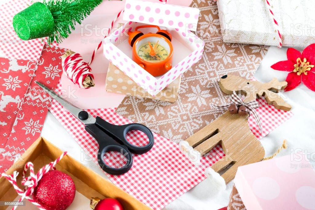 handgefertigte Schachteln aus Papier. Weihnachten Hintergrund – Foto