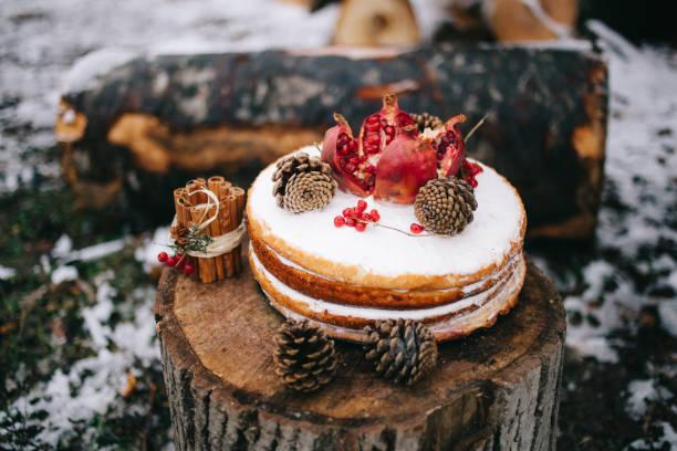 handgefertigter brauner kekskuchen mit granat und kegelkuchen mit sahne - hausgemachte hochzeitstorten stock-fotos und bilder