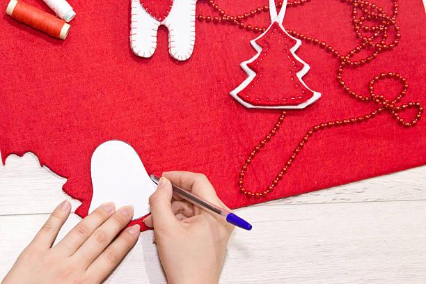 handgefertigte weihnachten spielzeug. - winterdeko basteln stock-fotos und bilder