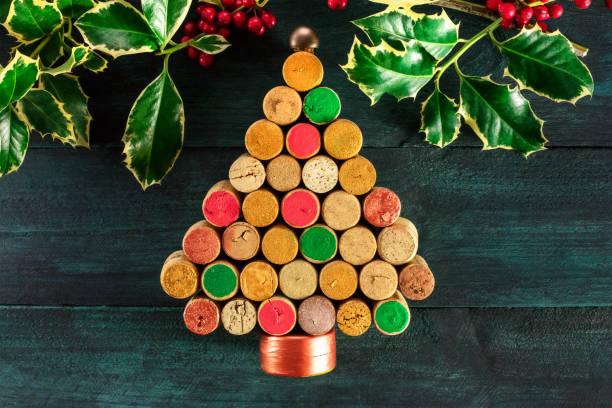 handgemachte weihnachtsbaum, holly und platz für text - diy xmas stock-fotos und bilder