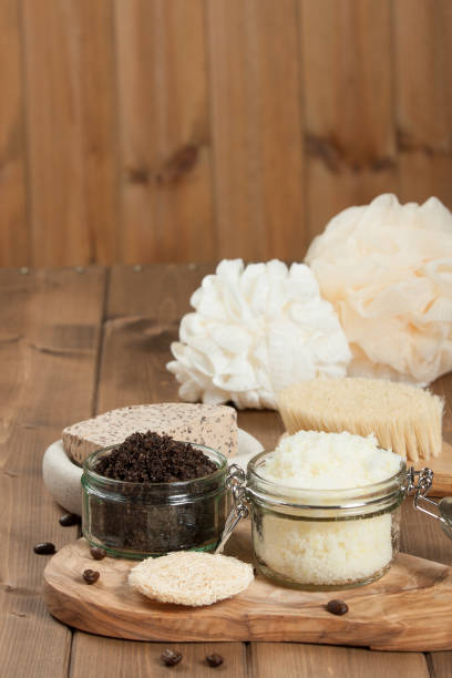handgefertigte kaffee peeling und zitrone peeling mit kokosöl. toiletri - kaffeepeeling stock-fotos und bilder