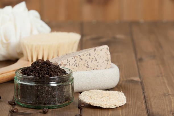handgefertigte kaffee-peeling mit kokosöl. toilettenartikel, spa set. - kaffeepeeling stock-fotos und bilder