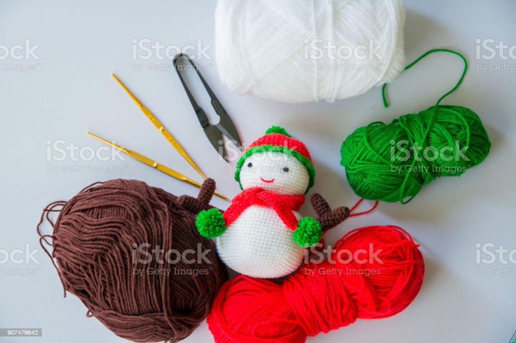 Hecho a mano ganchillo tejer muñeca muñeco de nieve - foto de stock
