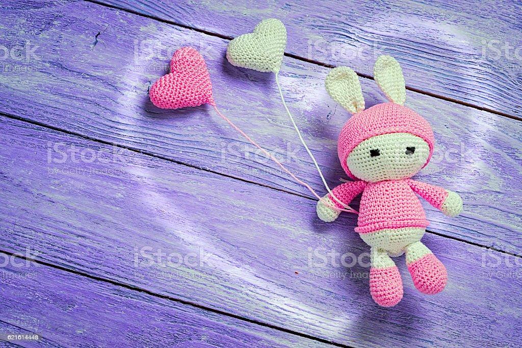 Handmade crochet rabbit toy with heart shape baloons - foto de stock