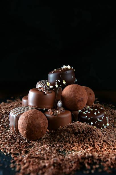 handgemachte dunklen schokoladen iii - schokolikör stock-fotos und bilder
