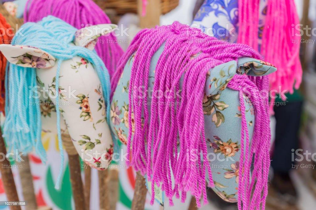 chevaux de textiles décoratifs faits à la main sur des bâtons, marché des vacances - Photo
