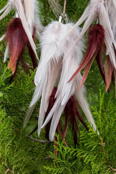 atrapasueños hechos a mano con cuerda de hilos y abalorios de plumas colgantes - geometric background fotografías e imágenes de stock