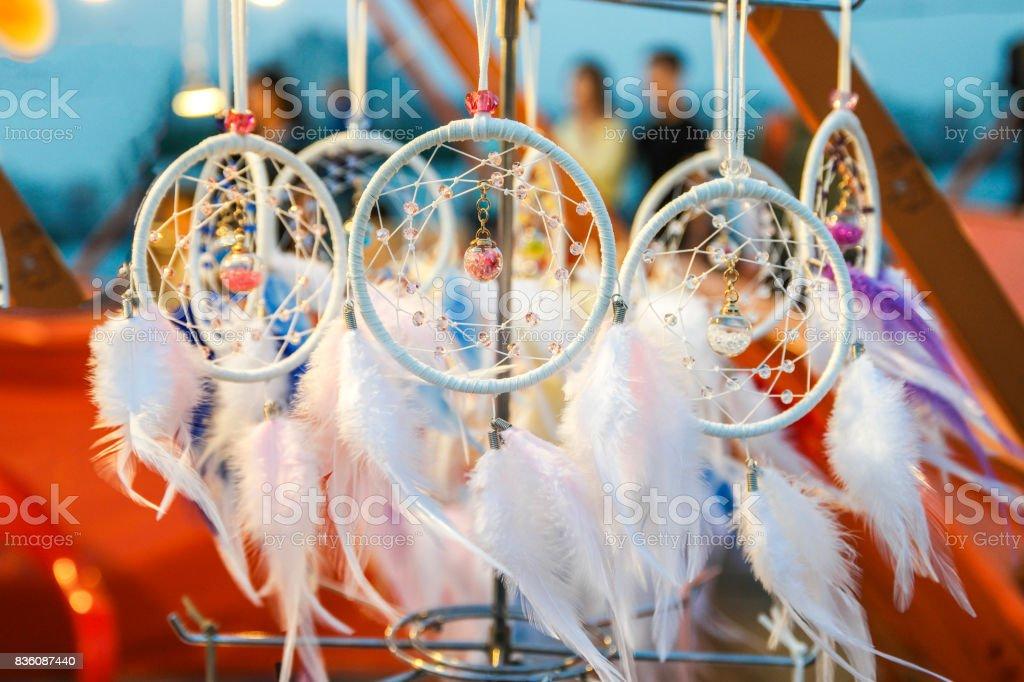 À la main avec des plumes porte-bonheur indien - Photo