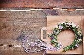手作りの花のティアラは木製の背景に花横に成っています。おしゃれな手作りの花頭の花輪を着用します。手作りファッション ・ アクセサリー