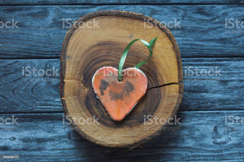 Handmade heart shape on wood slice – Foto