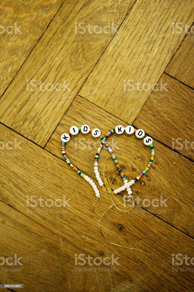 手工兒童友誼腕帶 (友誼手鐲) - 免版稅Worry Beads圖庫照片