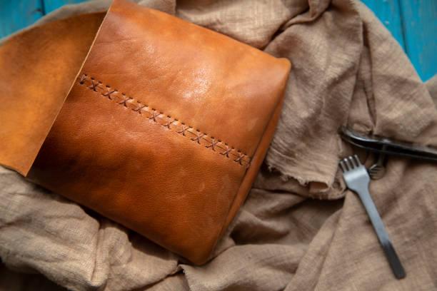 handgemachte ledertasche - diy leder stock-fotos und bilder