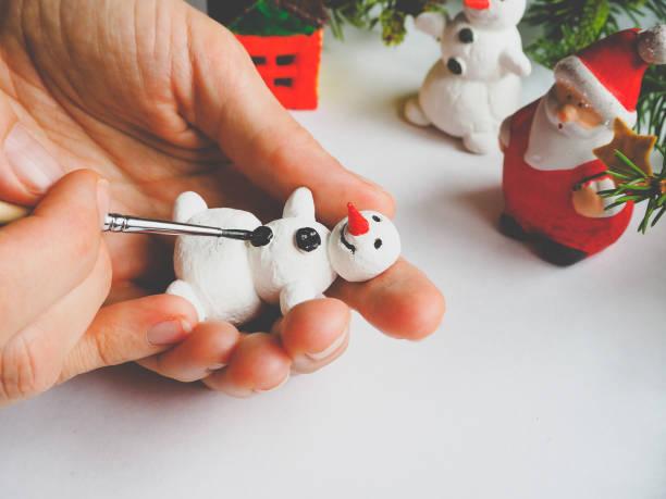 handgemachte herstellung eines schneemannes kleines spielzeug. vorbereitungen für die feier des weihnachtsfestes. - winterdeko basteln stock-fotos und bilder