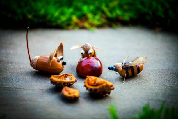 handgemachte maus biene eichel wald kastanie - kastanientiere stock-fotos und bilder