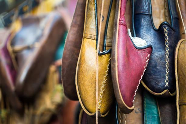 handgemachte multi farbige leder hausschuhe zum verkauf auf markt, london, uk - schuhe auf englisch stock-fotos und bilder