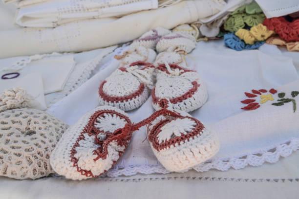 handarbeit handarbeiten socken / hauslatschen - babyschuhe nähen stock-fotos und bilder