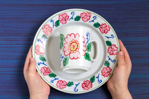 handgefertigte gemälde an geschirr marker für keramik. schritt 7 - handbemalte teller stock-fotos und bilder