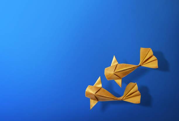 artisanat en papier fait main or couleur carpe koï origami poissons. - origami photos et images de collection