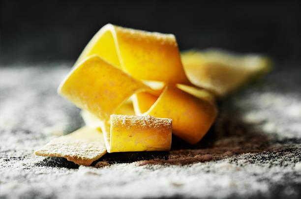 handmade pasta on a dark with flour background close-up horizont – Foto