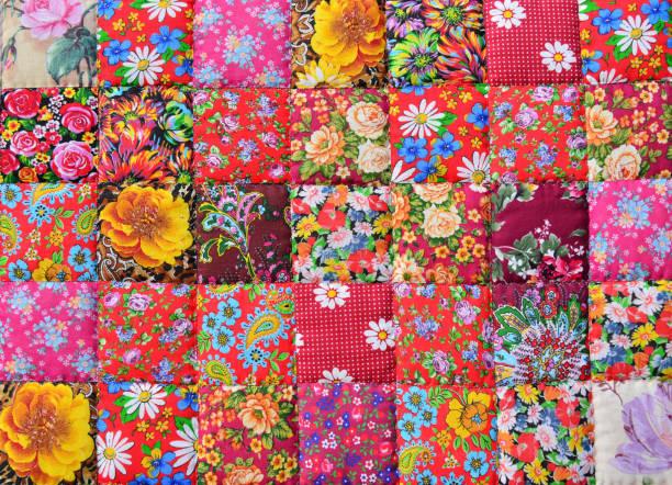 handmade patchwork quilt mit blumenmuster als hintergrund.  retro-style handgemachte decke oder ein tuch tapete - patchworkstoffe stock-fotos und bilder