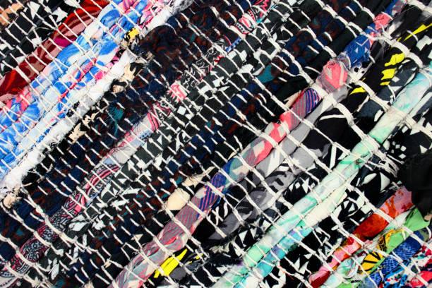 handgefertigtes teppich gemacht von bunten tuch schrott - hausgemachte teppichreiniger stock-fotos und bilder
