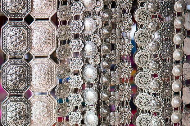 handgemachte silber gürtel handwerk als vintage mode-accessoires für frauen in traditionellen geschäft in thailand erhältlich - altes schmuckkunsthandwerk stock-fotos und bilder